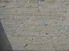la meridiana sul muro del santuario
