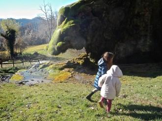 sui prati intorno alle grotte