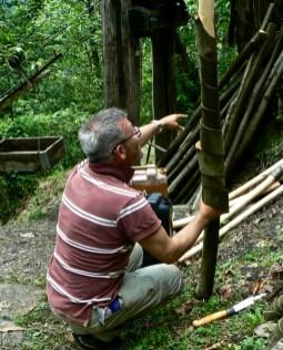 Si scortecciano il ramo di castagno per farne una tromba