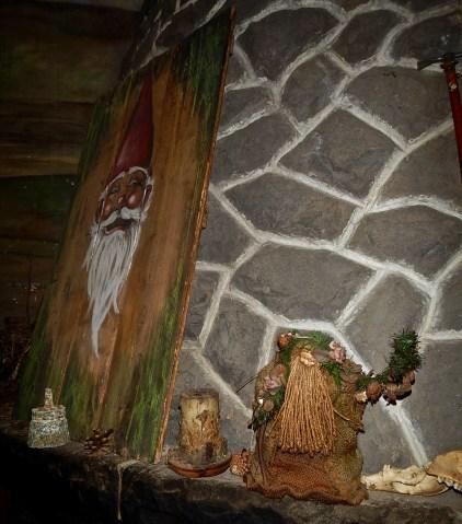 Sul camino del rifugio, un ritratto di gnomo e una bambola di spirito dei boschi