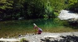 in riva alla piscina naturale del torrente Rovigo