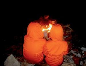 Un po' di fuoco scalda prima di entrare in tenda