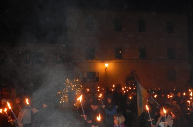 In piazza a Monteriggioni con le fiaccole