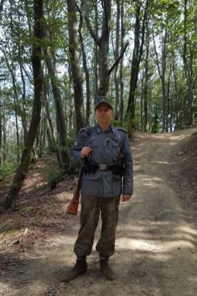 Per strada incontriamo un fante della Wehrmacht