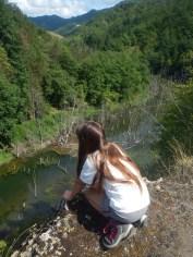 La vista dalle rocce a strapiombo sul lago