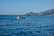 Un pescatore naviga parallelo al tombolo