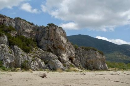 Le falesie alle spalle della spiaggia di Collelungo