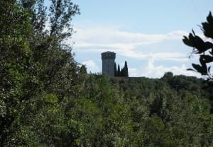 una torre visibile dal sentiero