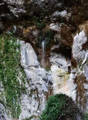 Le sorgenti sgorgano dalla roccia sospesa nel vuoto