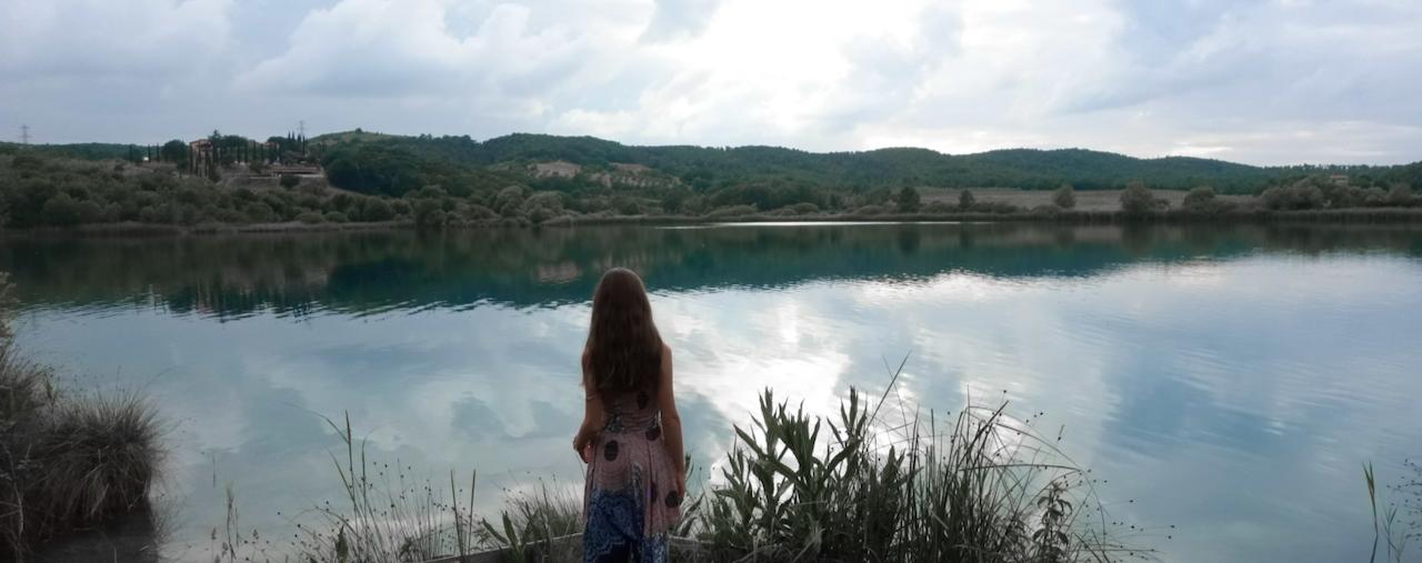 Un facile sentiero intorno al misterioso lago dell'Accesa