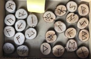 Runes brutes (gauche) & Runes enduites de cire d'abeilles (droite) ©Sentulia
