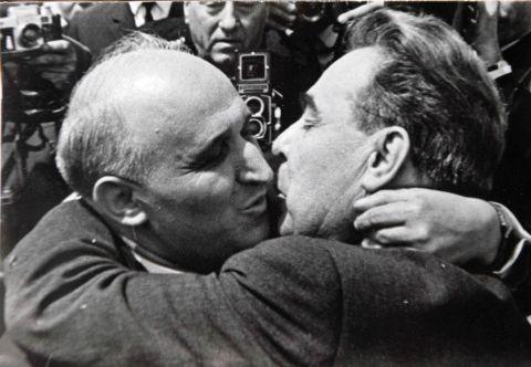 Резултат с изображение за Брежнев и Живков целувка снимки