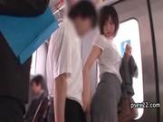 森ななこが電車の中で逆痴漢してるてこキ動画