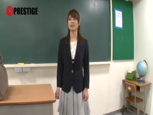 新任の激カワ女教師が同僚のチンポをしごきまくる!清純そうなのに中身は超淫乱だった手コキ動画