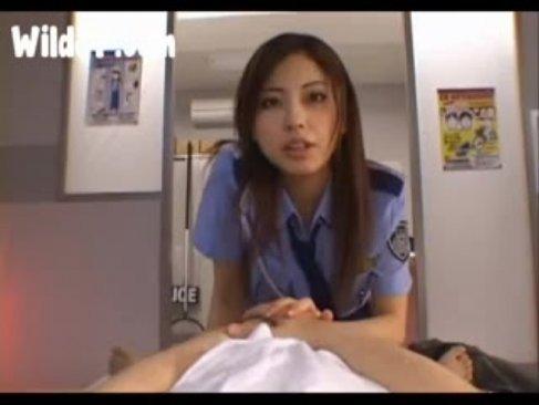 人気女優の横山美雪が婦警コスで犯人を痴女攻め!淫語を連発してチンポを弄りまくる手コキ動画