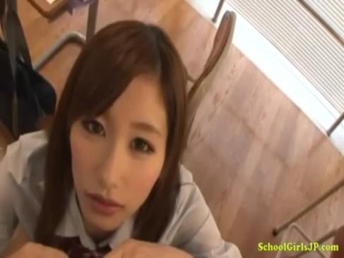 大人気AV女優の絵色千佳が教室でチンポをしごく!上目使いで手コキしまくってる無臭せい動画