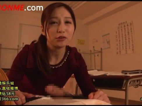 美人女教師が放課後の教室で補習中に生徒を痴女攻め!笑みを浮かべながらチンポをしごいてる手コキ動画