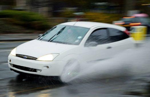 Aquaplaning ou aquaplanage en voiture : les risques