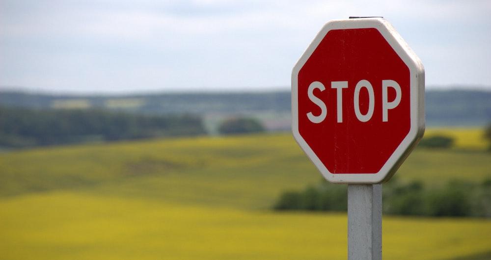 Panneaux d'intersection : signalisation et priorité sur la route