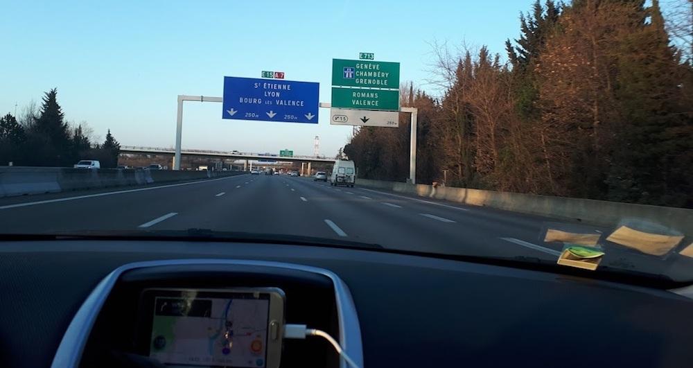 Panneaux de direction : signalisation et direction obligatoire