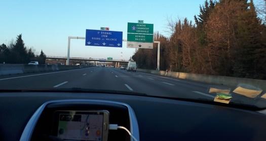 panneaux de direction bleus et verts
