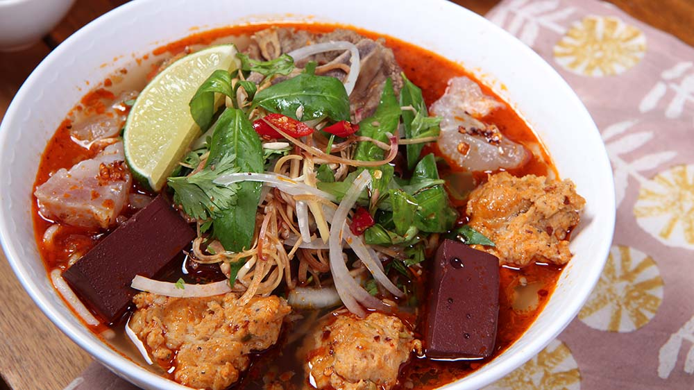 Bún bò Huế Vietnamese Spicy Beef Noodles Soup Recipe & Video - Seonkyoung  Longest