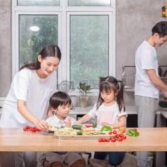Kitchen Kid Virginia Beach Hotels With 爸爸妈妈和孩子一起在厨房做菜图片素材 免费下载 Jpg图片格式 Vrf高清 爸爸妈妈和孩子一起在厨房做菜