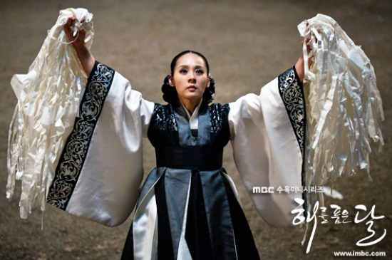 20130405_seoulbeats_moon_embraces_sun_jun_mi_sun