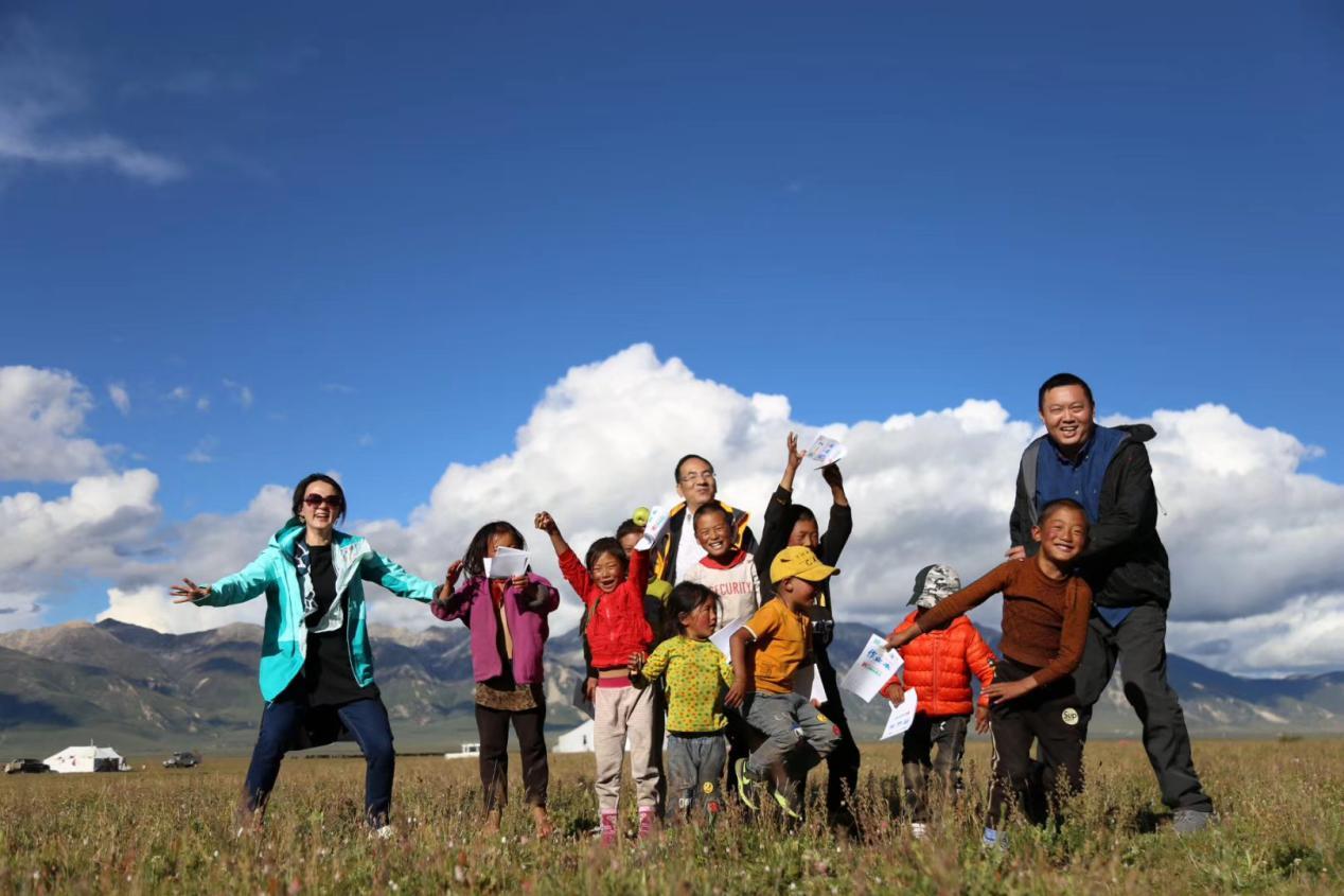 林代忠(右一)与当地孩子玩耍。(受访者供图)