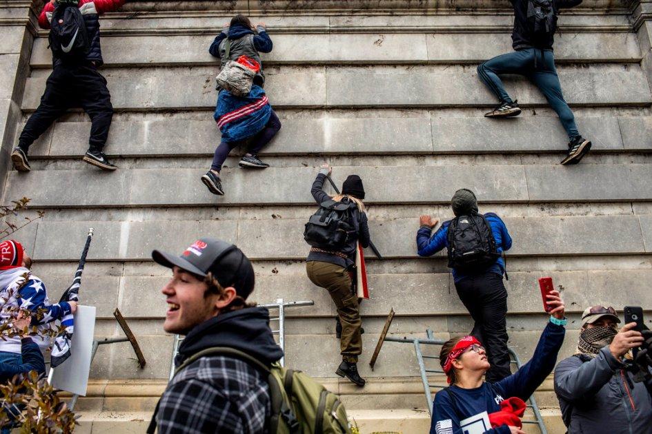 在总统发表讲话的集会后,特朗普的支持者冲进了国会大厦参议院一侧。