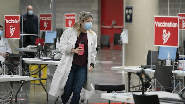 Une employée dans un centre de vaccination