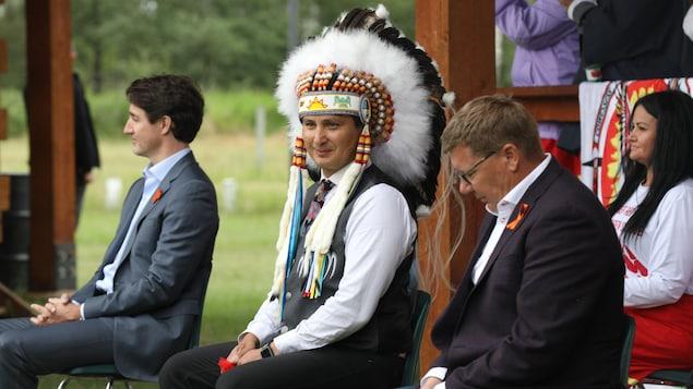 (De gauche à droite) Le premier ministre du Canada, Justin Trudeau, le chef de la Première Nation Cowessess, Cadmus Delorme, et le premier ministre de la Saskatchewan, Scott Moe, lors d'une rencontre sur la Première Nation le 6 juillet 2021.