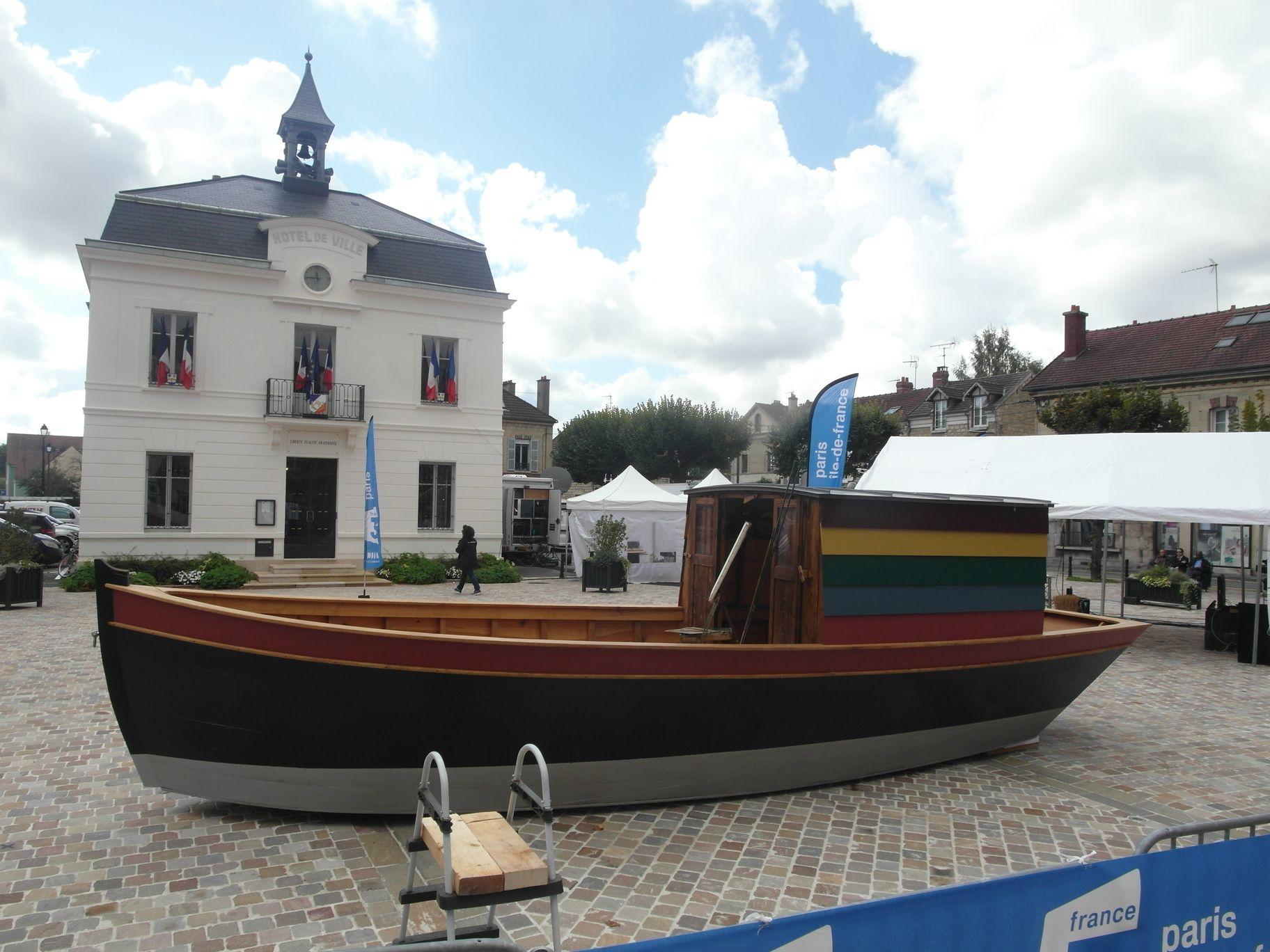 Le bateau est présenté devant l'Hotel de Ville