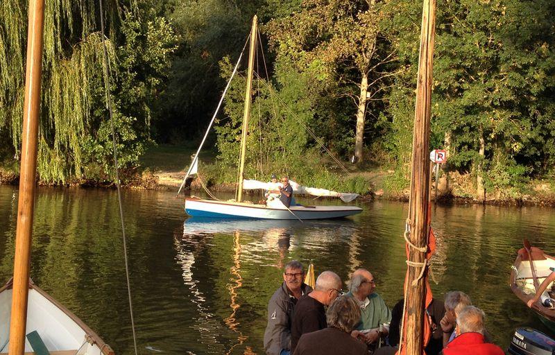Le MNJ sur l'eau devant une berge