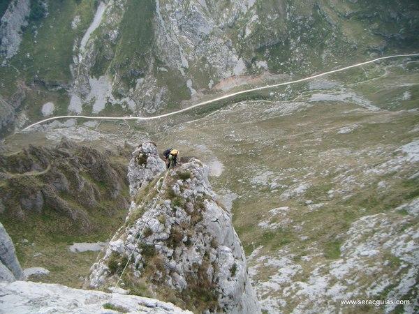 escalada Espolon Rosa Cueto Pampin Picos Europa 4 SERAC COMPAÑÍA DE GUÍAS