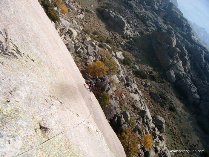 escalada Calavera Yelmo Pedriza Guadarrama 1 SERAC COMPAÑÍA DE GUÍAS