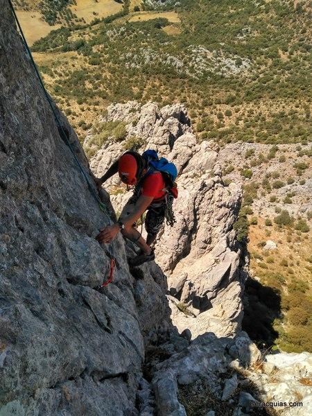escalando el segundo pilar Tajo de Gómer SERAC COMPAÑÍA DE GUÍAS