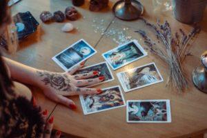 El tarot cards on table