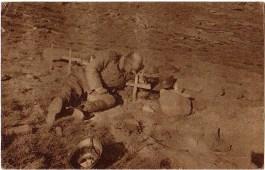 Српски војник на гробу погинулог саборца