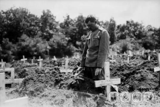 Српски војник на гробу палог саборца