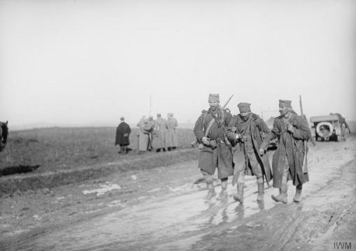 Српски војници помажу рањеном саборцу током повлачења кроз Албанију.