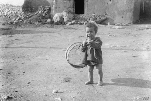 Уплакано дете, честа слика у Србији током рата.