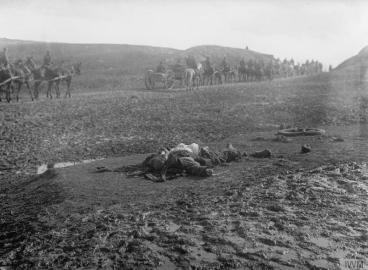 Тело мртвог српског војника поред пута током повлачења кроз Албанију.