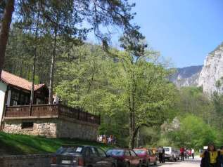 """А преко пута манастира, некад станица """"Ћире"""", данас ресторан (са одличном јагњетином!)"""
