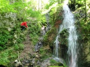 силазак до водопадаиспод Дубочке пећине