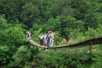 прелазак Нере преко висећег моста на крају трасе