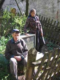 Деда Аврам крај хајдучког гроба у свом дворишту