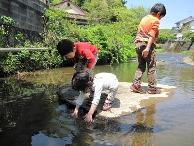 福岡の川遊び子ども