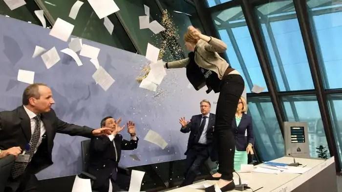 Mario Draghi aggredito pesantemente a colpi di coriandoli