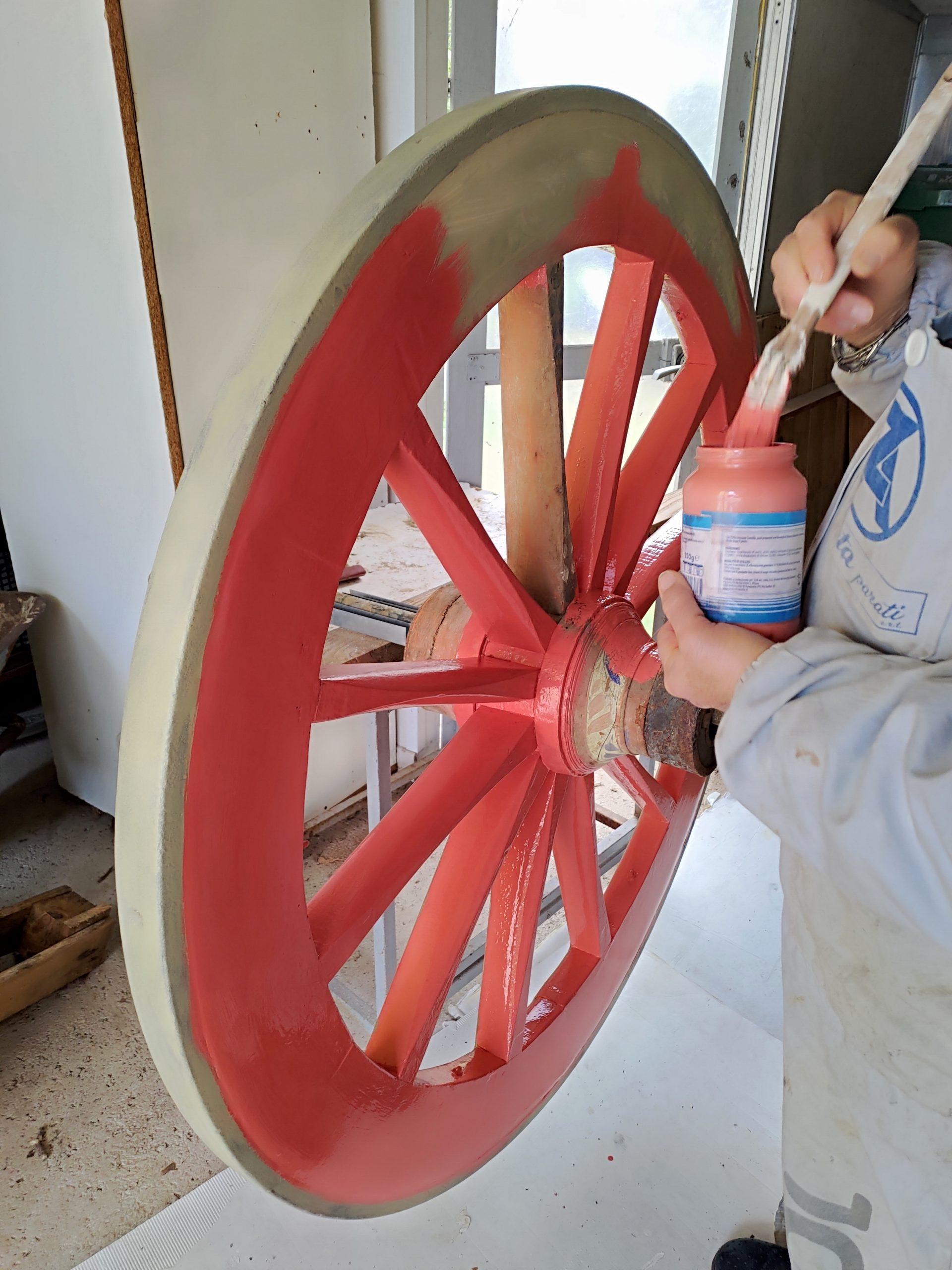 Vecchia ruota di carro restaurata